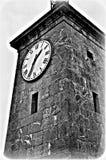 Svartvitt kyrkatorn arkivbilder