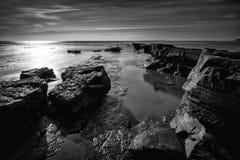 Svartvitt landskap av den steniga kusten arkivfoto