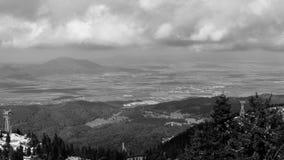 Svartvitt landskap för bergsikt Arkivfoto