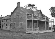 Svartvitt lantgårdhus Arkivbild