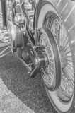 Svartvitt, motor och motorcykel för stort hjul Royaltyfria Bilder