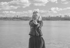 Svartvitt på en solig dag en härlig flicka som siktar en pistol Arkivfoton