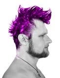 Svartvitt profilfoto av en man med purp arkivfoto