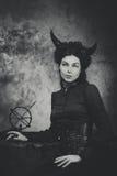 Svartvitt retro foto, kvinnademon, jäkel Flicka med horn, effekt av toningen Arkivbilder