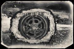 Svartvitt Sepiatappningfoto av den gamla rostade bilen i en skrot på guldfältet royaltyfri fotografi