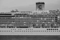 Svartvitt skepp för semesterwhithkryssning royaltyfri bild