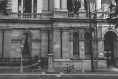 Svartvitt skott av byggnadsyttersida arkivbilder