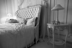 Svartvitt skott av den lyxiga sovruminre på hotellet Royaltyfri Fotografi