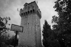 Svartvitt skott av det Montale tornet marino san Arkivbilder