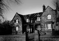 Svartvitt spöklikt gotiskt hus - Arkivbild