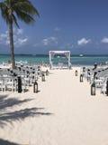 Svartvitt strandbröllop Arkivfoton
