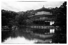 Svartvitt tappningfotografi av ZENtemplet Kinkakuji vikarier Fotografering för Bildbyråer