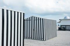 Svartvitt verticlly randigt beackskjul på stranden Miami, Flo Royaltyfri Bild
