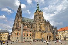 Svatého VÃta Λα ¡ καθεδρικών ναών του ST Vitus katedrà και ο οβελίσκος, Πράγα republika Ceskà ¡ της Πράγας, Δημοκρατία της Τσεχί στοκ φωτογραφία με δικαίωμα ελεύθερης χρήσης