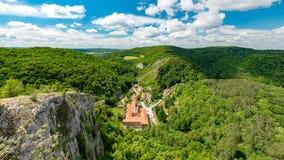 Svaty Januari fröskidaSkalou kloster, Beroun område, central bohemisk region, Tjeckien arkivfoton
