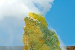 Svavel av den Ebeko vulkan, Paramushir ö, Kuril öar, Russ Royaltyfri Bild