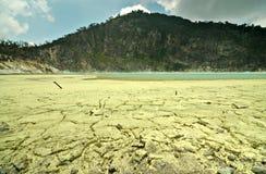 Svavel- mineral på golvet av den Kawah Putih krater eller Arkivfoton