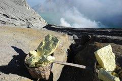 Svavel som bryter på en aktiv vulkan Arkivfoto