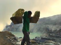 Svavelgruvarbetare på den Ijen krater, Indonesien Fotografering för Bildbyråer