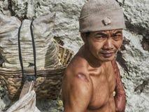 Svavelgruvarbetare på den Kawah Ijen vulkan i East Java, Indonesien Arkivfoton