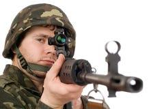 Οπλισμένος στρατιώτης που κρατά svd Στοκ Εικόνες