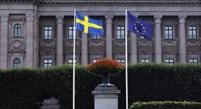 Svedese e bandiera di UE davanti al Parlamento svedese Fotografia Stock