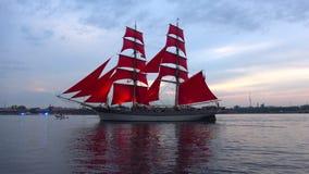 ` Svedese Tre Cronor delle corone del ` tre del brigantino Il color scarlatto del ` naviga il ` St Petersburg stock footage