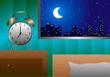 Sveglia alla finestra accanto al letto nella sera Fotografia Stock
