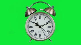 Sveglia antica con la seconda mano che fila sullo schermo verde stock footage