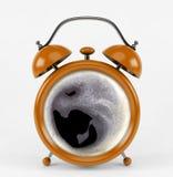 Sveglia arancio con il concetto del caffè isolata su fondo bianco Fotografie Stock Libere da Diritti