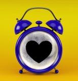 Sveglia blu con il concetto del cuore del caffè isolata su fondo giallo Fotografia Stock Libera da Diritti