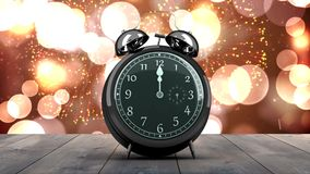 Sveglia che conta alla rovescia alla mezzanotte per il nuovo anno stock footage