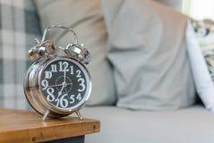 Sveglia classica di stile sulla tavola di legno in camera da letto Fotografia Stock Libera da Diritti