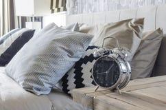 Sveglia classica di stile sulla tavola di legno in camera da letto fotografia stock