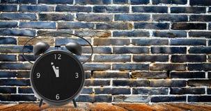 Sveglia con i piccoli minuti all'orologio del ` di dodici o Immagini Stock