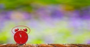 Sveglia con i piccoli minuti all'orologio del ` di dodici o Immagine Stock