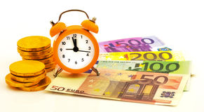 Sveglia con le euro monete di carta di oro e dei soldi Fotografie Stock Libere da Diritti