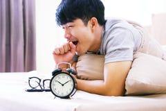 Sveglia con un uomo sul letto Fotografia Stock