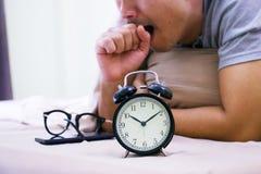 Sveglia con un uomo sul letto Fotografie Stock