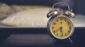 Sveglia d'annata in camera da letto video d archivio
