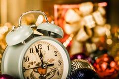 Sveglia d'annata che mostra cinque minuti alla mezzanotte immagini stock