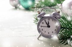 Sveglia di Grey Christmas che mostra mezzanotte, nuovi anni di vigilia con le decorazioni su fondo bianco fotografia stock