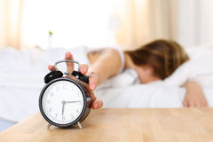 Sveglia di prova di uccisione della giovane donna sonnolenta Fotografia Stock