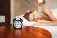 Sveglia, donna che copre le sue orecchie di cuscino Fotografie Stock Libere da Diritti