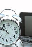 Sveglia e computer portatile su priorità bassa bianca Immagine Stock Libera da Diritti