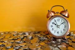 Sveglia e monete Fotografia Stock Libera da Diritti
