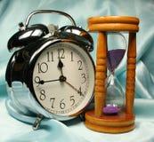 Sveglia e sandglass sulla b Fotografia Stock Libera da Diritti
