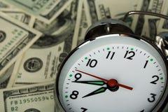 Sveglia e soldi Fotografie Stock