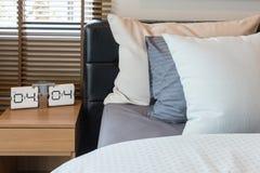 sveglia moderna dal lato di legno della tavola in camera da letto moderna Fotografie Stock
