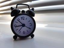 Sveglia sul davanzale Fotografie Stock